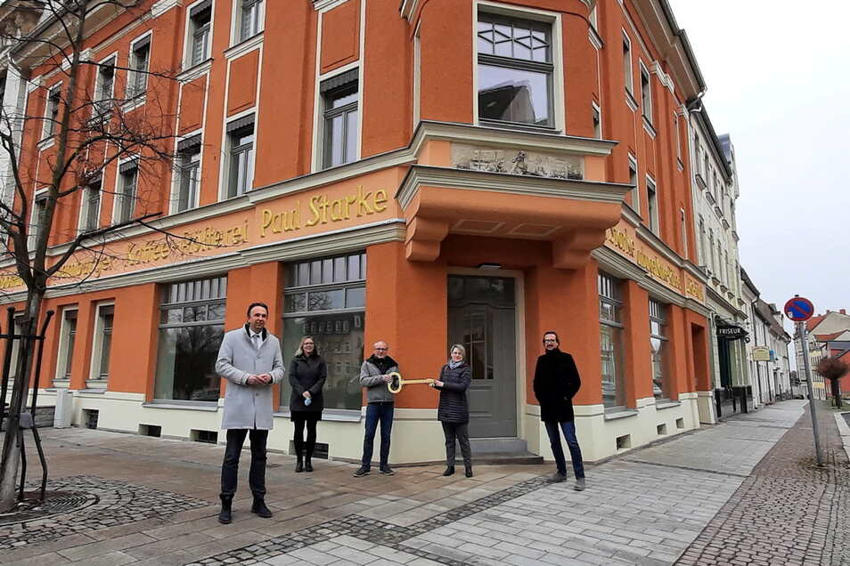 Hoffentlich passt er: Im Beisein von Riesas OB Marco Müller übergeben zwei Vertreter der Wohnungsgesellschaft Riesa den Schlüssel für Kaffee Starke an Annekathrin Aurich und Sebastian Lohse vom SC Riesa (v.l.).