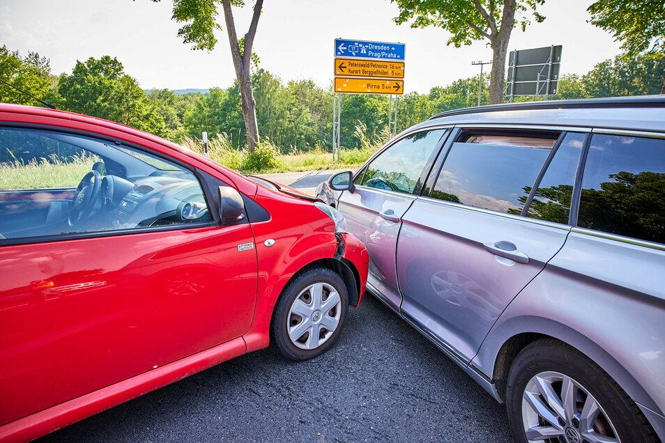 Am Abzweig Goes stießen ein VW Passat und ein Toyota Aygo zusammen. Beide Fahrer wurden verletzt.