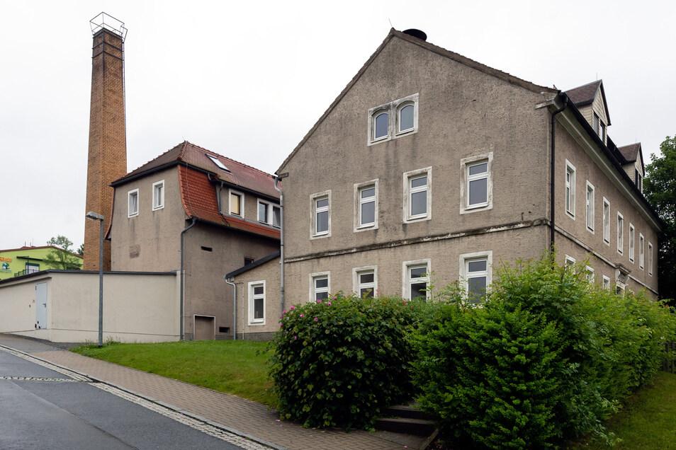 Auf der einen Seite die Schule, genau gegenüber die Turnhalle. Was aus dem Areal in Langenwolmsdorf noch alles werden kann, soll eine Studie zeigen.