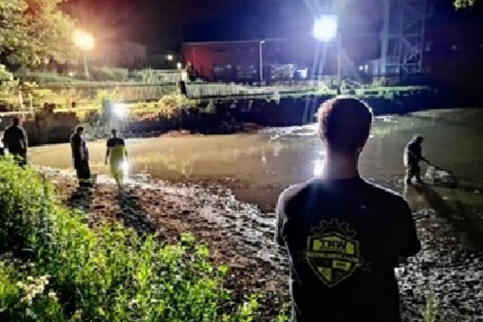 Nächtliche Aktion am Fischteich. Weil eine gut gemeinte Aktion schief lief, musste das Technische Hilfswerk ran.