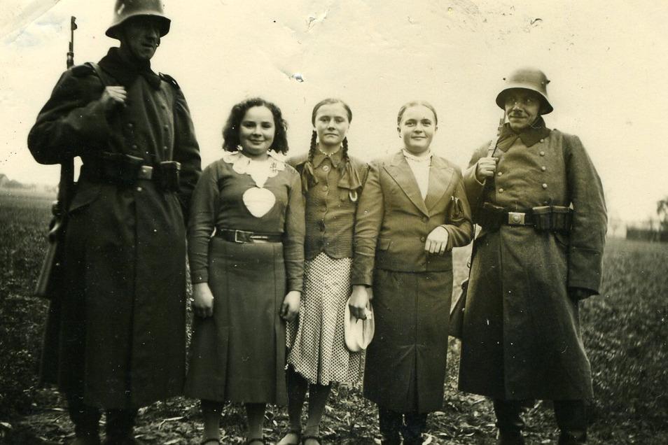 Kein Hass auf die Besatzer? Diese Bauerntöchter posieren offenbar gern mit Wehrmachtssoldaten für die Kamera von Marcel Weise. Das Bild entsteht im Herbst 1939 beim Marsch durch Zentralpolen.