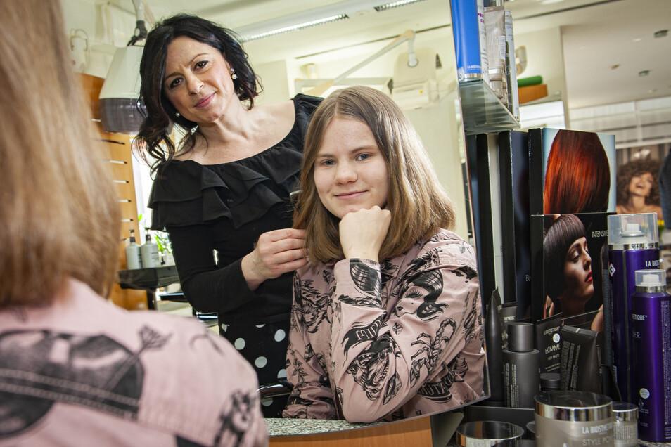 Emma Braun hat sich ihre hüftlangen Haare abschneiden lassen - für einen guten Zweck. Bei Friseurin Mandy Androwsky in Kamenz fühlte sie sich dabei gut aufgehoben .