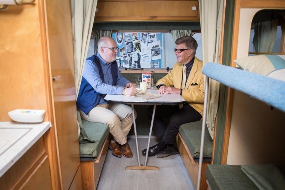Restaurator und Konstrukteur im DDR-Wohnwagen: Vor dem Nagetusch-Treffen haben Frank Hartwig (l.) und Manfred Nagetusch (r.) noch viel zu besprechen.