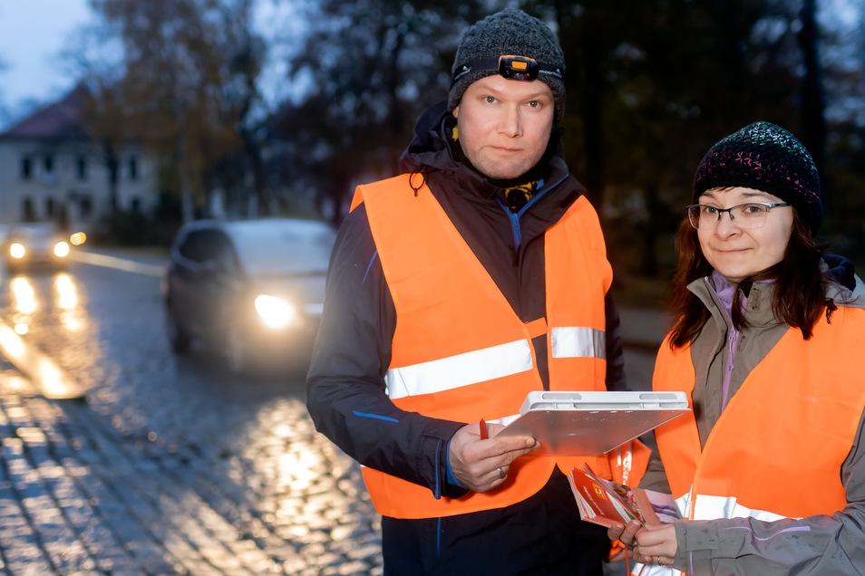 Danilo und Aniko Heinze standen am Dienstagmorgen mit Vertretern des Autoclubs Europa, der Stadtverwaltung und der Polizei an der Schulstraße, um zu schauen, wie Kinder zur Schule gebracht werden. Auf Initiative der ehemaligen Stadträte gründete sich eine