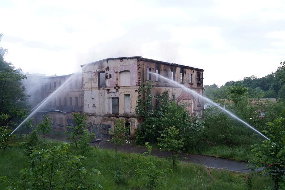 Der hintere Teil der ehemaligen Fabrik in Sohland, neben der die Firma Noack ihren Sitz hat, stand beim Eintreffen der Wehren bereits in Vollbrand.