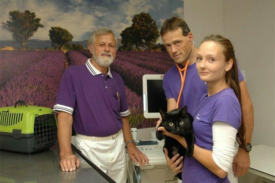 Ein Foto von 2017: Weil er heimlich Telefonate mitschnitt, musste Tierarzt Robert Eifler (Mitte) vor Gericht.