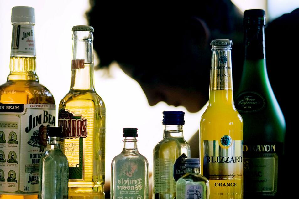 Manche Menschen erleben in Corona-Zeiten mehr Angst und greifen zur Flasche.