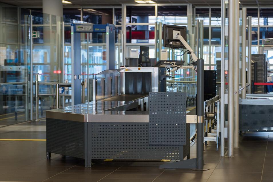 Die Passagier- und Handgepäckkontrolle sind nur auf Standby. Zwei dieser Sicherheitsstrecken können auf Knopfdruck sofort wieder in Betrieb gehen.