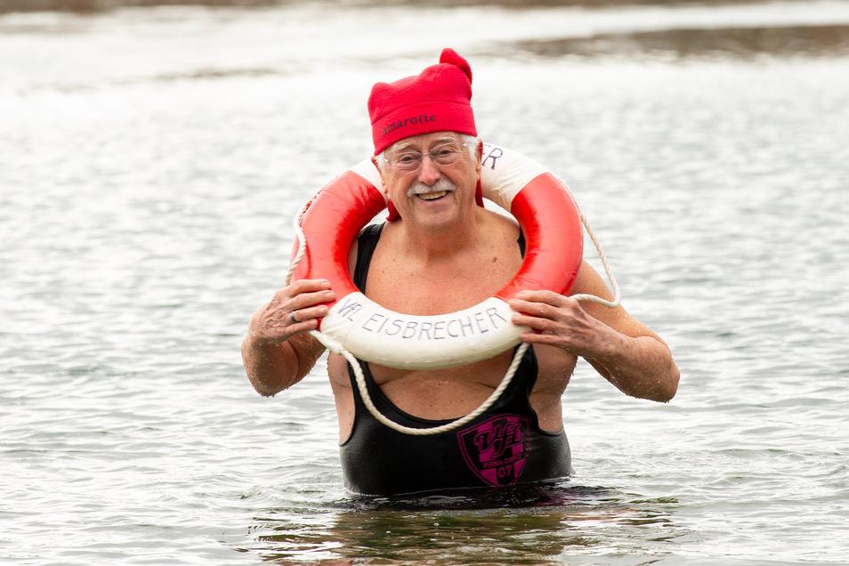 Günter Schwanitz von den Pirnaer Winterschwimmern geht im Natursee baden.