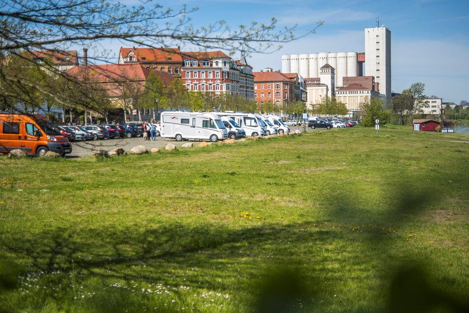 Der Wohnmobilstellplatz am Elbufer in Riesa ist – noch kostenfrei – für die Camper. Das soll sich ändern.