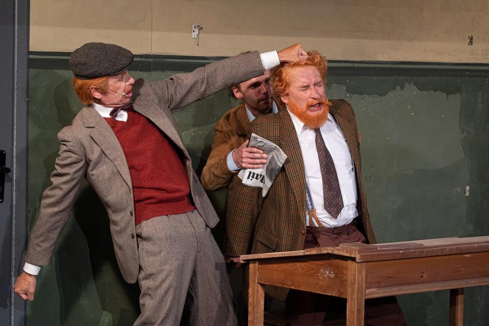 """Der Club der Rothaarigen bringt Sherlock Holmes und Dr. Watson auf die Spur eines legendären Bruchs. Dabei fängt die Geschichte ganz harmlos mit einer Annonce an. Gesucht wird ein Rothaariger, der zwischen 8 und 12 Uhr alle Beiträge mit den Worten """"rot"""" und """"Haare"""" für 500 Pfund aus den täglich erscheinenden Zeitungen sucht. Erik Dolata fällt als Wilson auf die Gaunerei rein."""
