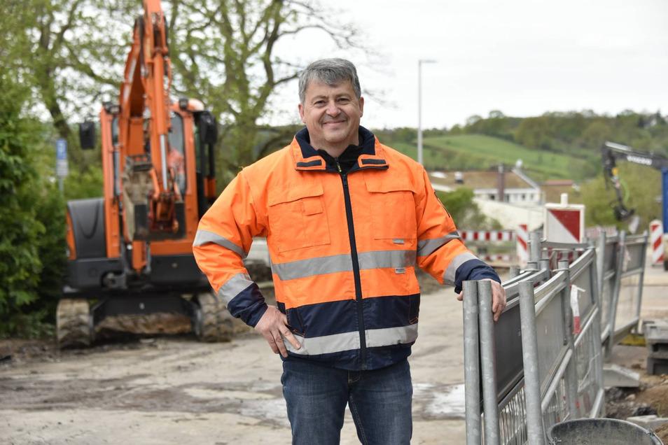 Uwe Stoll, Geschäftsführer der Arndt-Brühl GmbH, freut sich aber den reibungslosen Ablauf auf der Baustelle Pesterwitzer Straße.