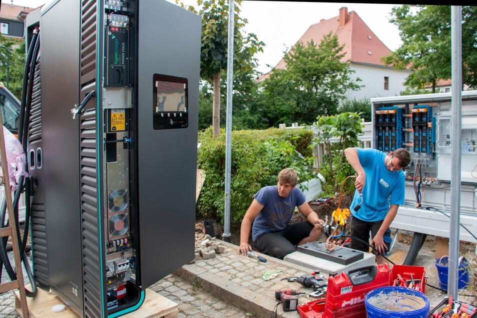Derzeit wird die Ladesäule an der Rosengasse in Neustadt montiert.