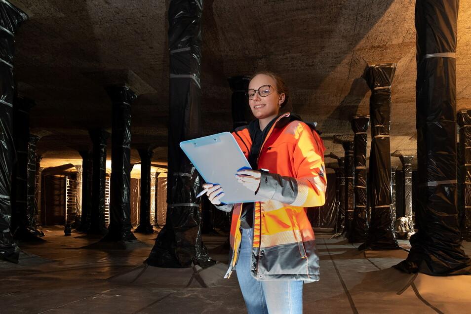 Lisa-Marie Mähler steht in einer riesigen Kammer im Hochbehälter Räcknitz, die sonst mit Trinkwasser gefüllt ist. Dresdens größter Wasserspeicher wird schrittweise saniert. Die Bauingenieurin dokumentiert die Schäden an der Decke.