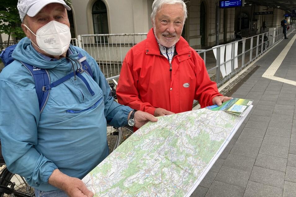 Günter Höhne (r.) und Hans Günter Kruse planen schon vor der Abfahrt des Zuges in Zittau ihre Route.