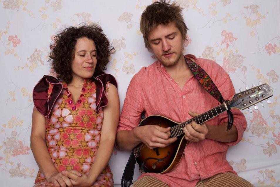 """beiden Multitalenten Anna Moss und Joel Ludford spielen als """"Handmade Moments"""" auf der Freilichtbühne in der Weinau."""