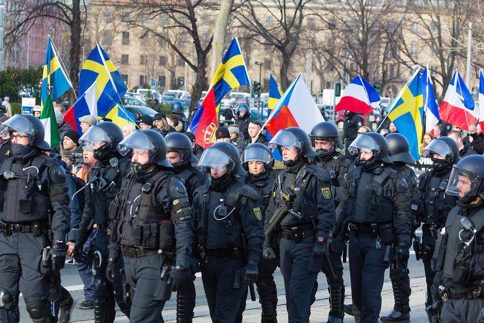 """Beim """"Trauermarsch"""" wurden mehrere Flaggen von anderen europäischen Ländern gezeigt."""