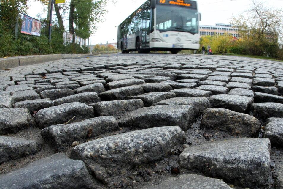 Kopfsteinpflaster, das sich zunehmend auflöst: Auf der Mügelner Straße sind viele Linienbusse und Lkw unterwegs.