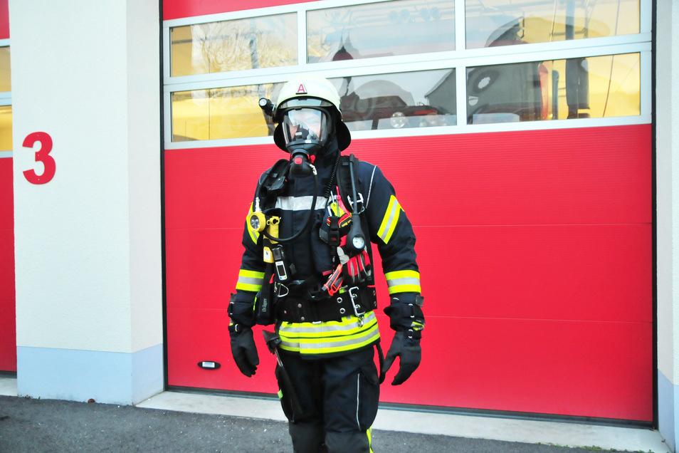 Hannes Winkler steckt in der neuen Schutzausrüstung für Geräteträger.