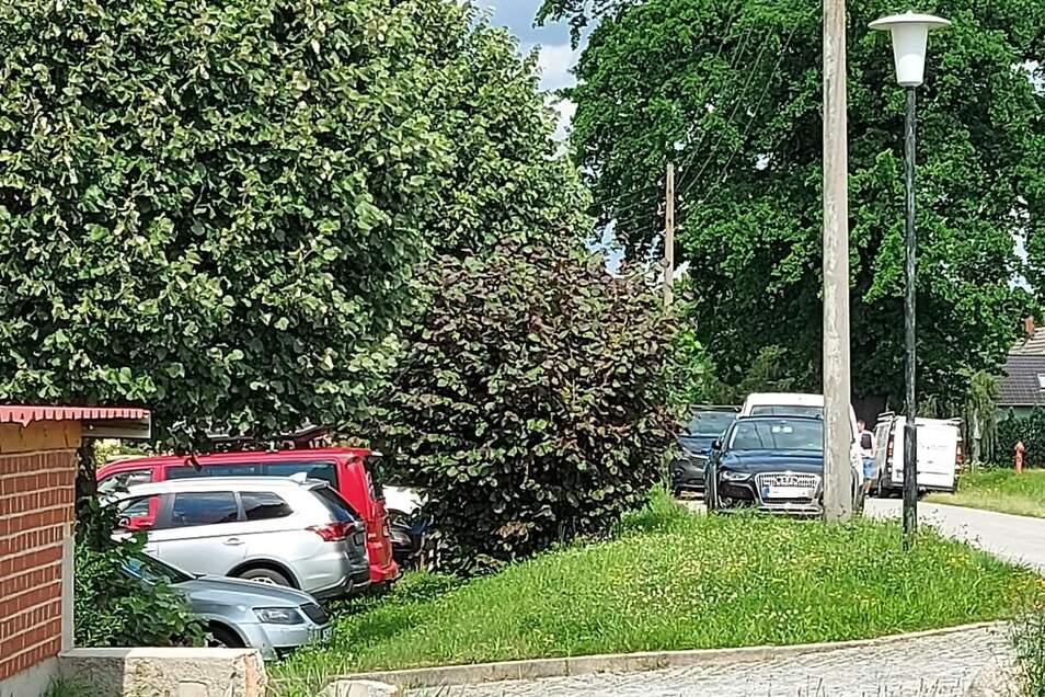 Alle Parkplätze voll, auch der Straßenrand ist zugeparkt. Das Kulti an diesem Donnerstag zwischen 15 und 16 Uhr.