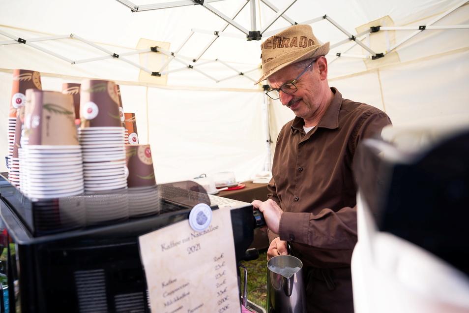 Peter Büttner von der Kaffeerösterei Büttner bereitet einen Kaffee auf der Naschallee in Görlitz zu.