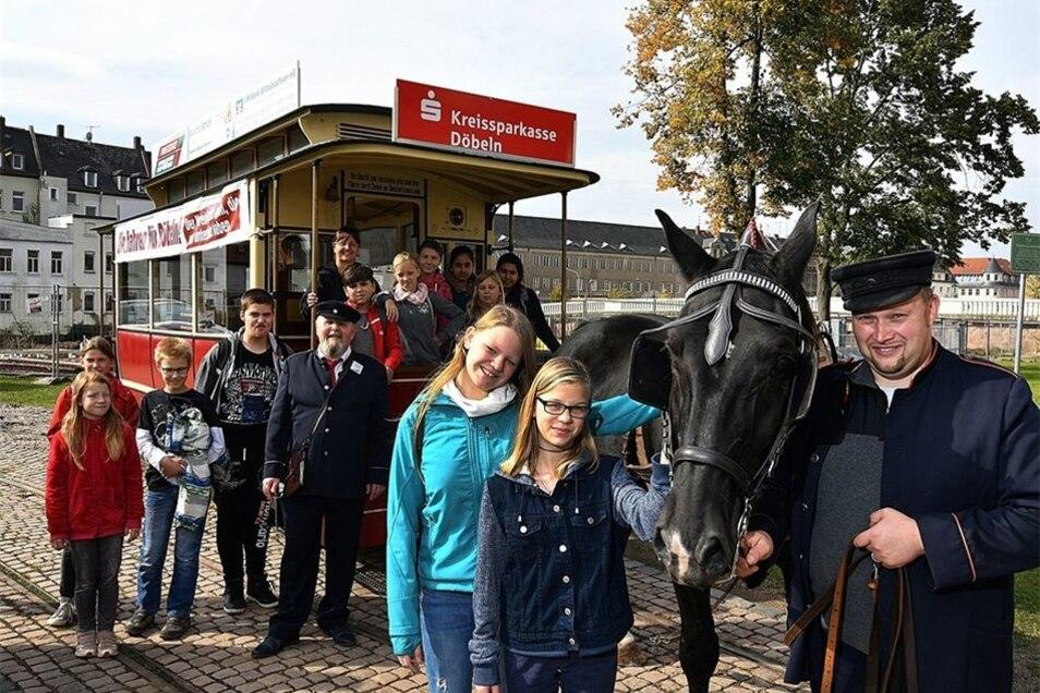 Fortbewegung wie vor 150 Jahren: Die Schloßbergschüler sind in ihrer Projektwoche mit der Döbelner Pferdebahn gefahren.
