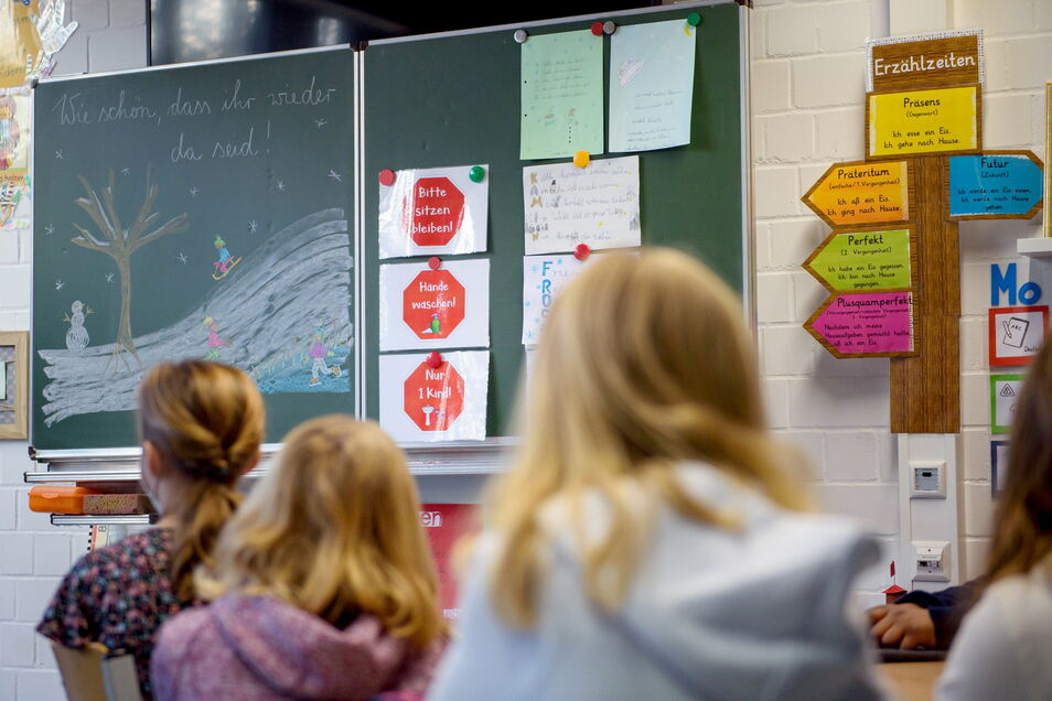 Wegen der Schulschließungen müssen die Schüler in Sachsen teilweise wieder zu Hause lernen.