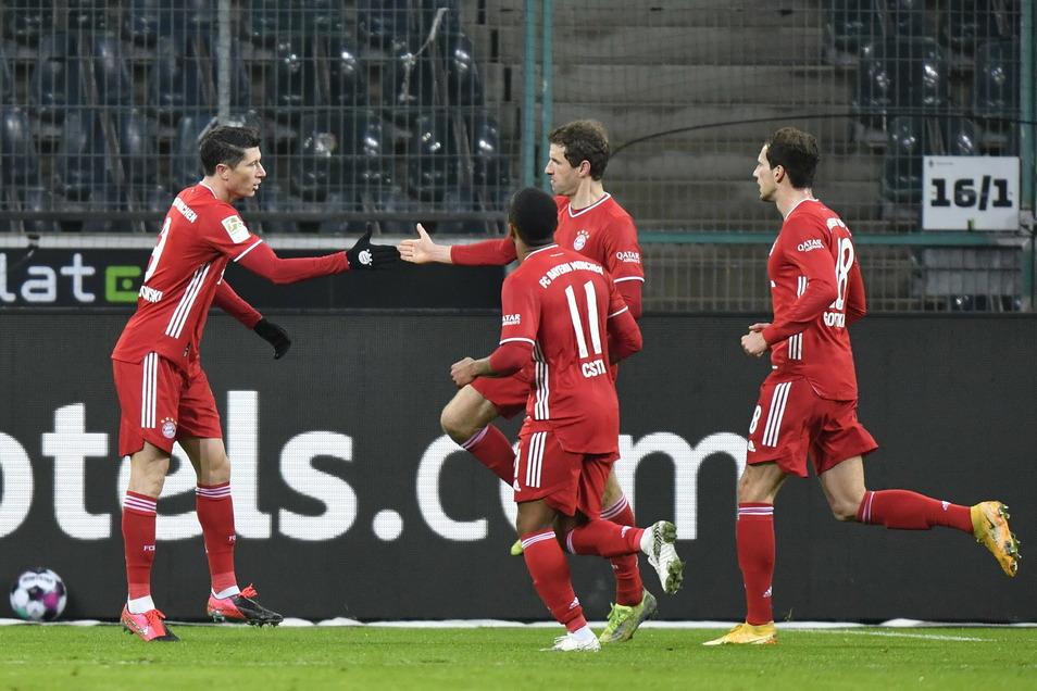 Robert Lewandowski (l-r) bejubelt sein Tor zum 0:1 mit seinen Mitspielern Thomas Müller, Douglas Costa de Souza und Leon Goretzka.