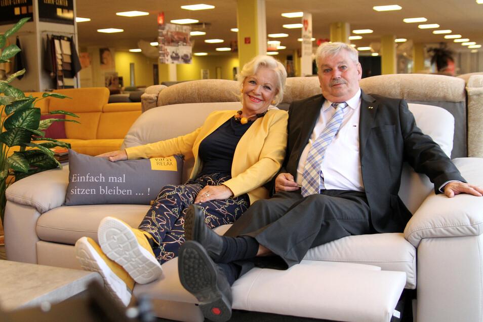 Schauspielerin Dorit Gäbler sitzt für Werbeaufnahmen gemeinsam mit Klaus Vester auf einem Sofa.