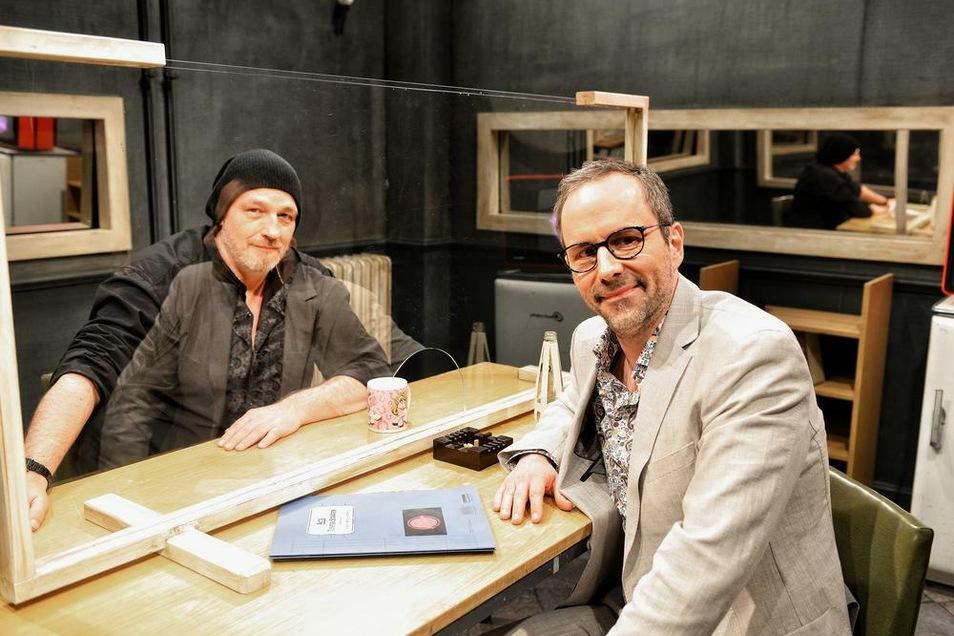 """Torsten Sträter (l.) ist erster Gast in der neuen Staffel von """"Chez Krömer""""."""