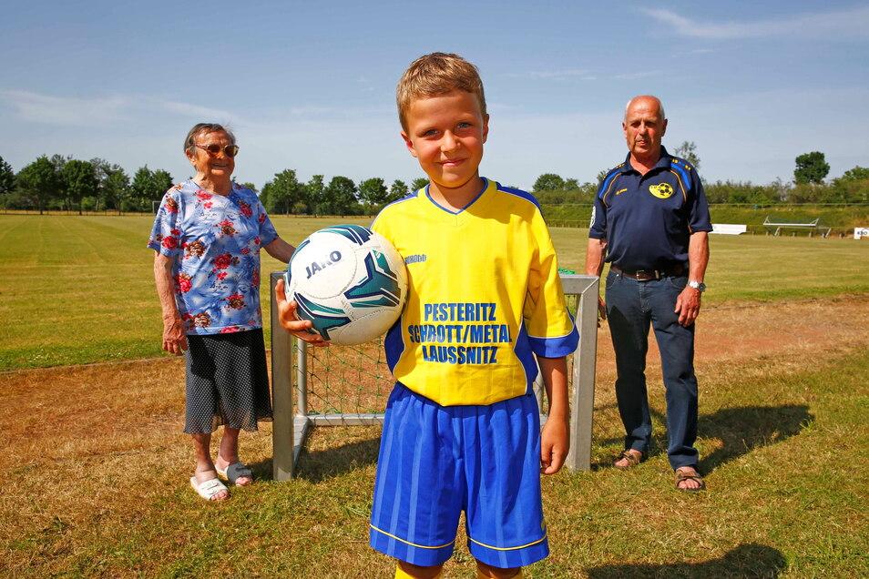 Sie ist das älteste Mitglied im Sportverein Laußnitz: Adelheid Barthel (l. ); Joe Jähnig eines der jüngsten. Roland Daunke (r.) hat 1964 bei der Männer-Fußballmannschaft begonnen und spielt jetzt bei den Alten Herren.