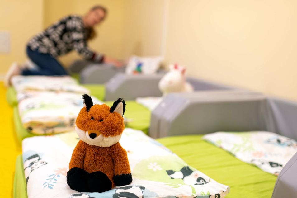 Gute Nacht: Jana Salomon bereitet die Bettchen im neuen Schlafraum der Krippe vor.