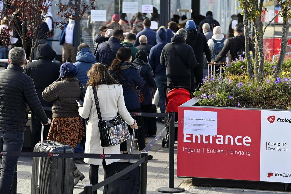 Menschen vor einer Teststation am Flughafen Brüssel-Zaventem. Belgien meldet einen neuen Höchststand an Corona-Neuinfektionen. Dennoch lässt es der EU-Apparat zu, dass Beamte Woche für Woche von und nach Brüssel pendeln.
