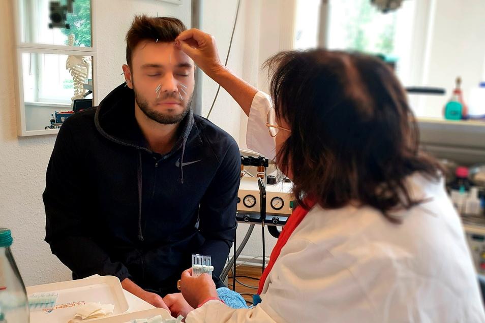 Patient Philipp Strabowski vertraut in die ruhigen Hände von HNO-Ärztin Bettina Hauswald.