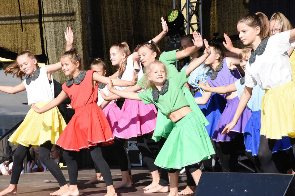 Die Tanzgruppen des TSC Kristall aus Weißwasser zeigen ihr Können in mehreren Auftritten während des Programms am Sonnabendnachmittag auf dem Markt.