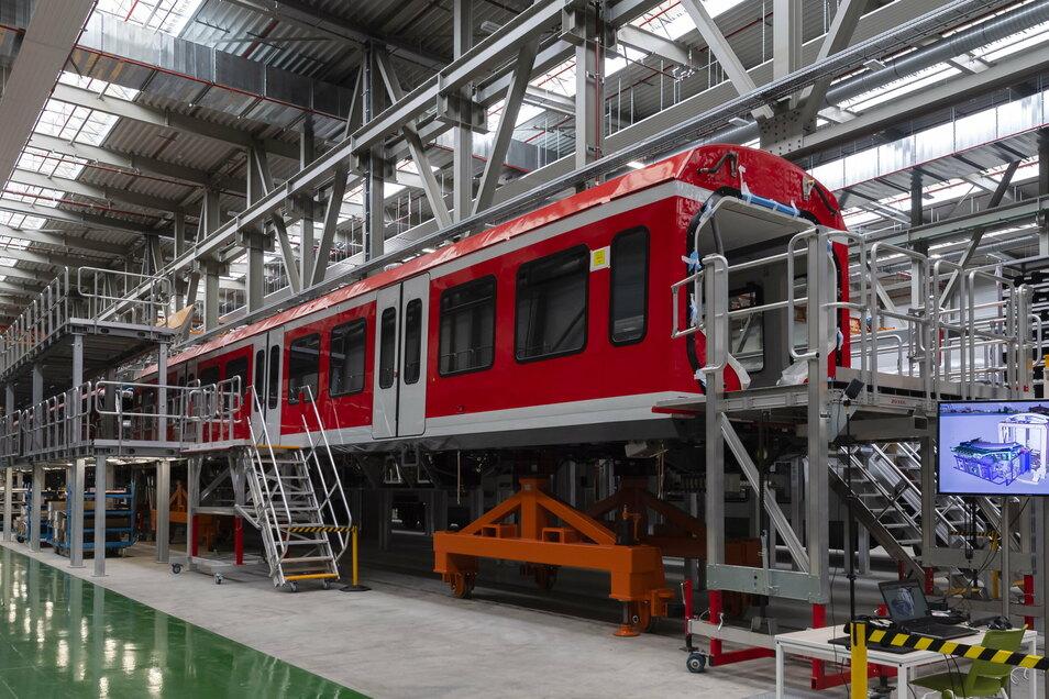 Ein Nahverkehrswagen steht in einer Halle des Bautzener Bombardier-Werkes. Noch in diesem Monat will der französische Alstom-Konzern seinen kanadischen Noch-Konkurrenten übernehmen.