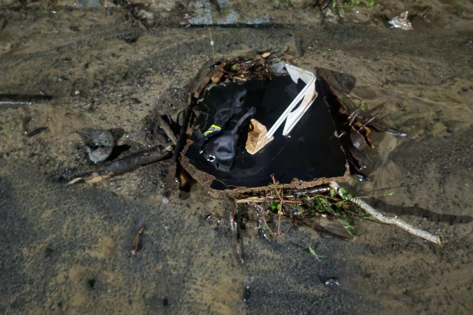 Das Wasser schwemmt allerlei Müll mit an.