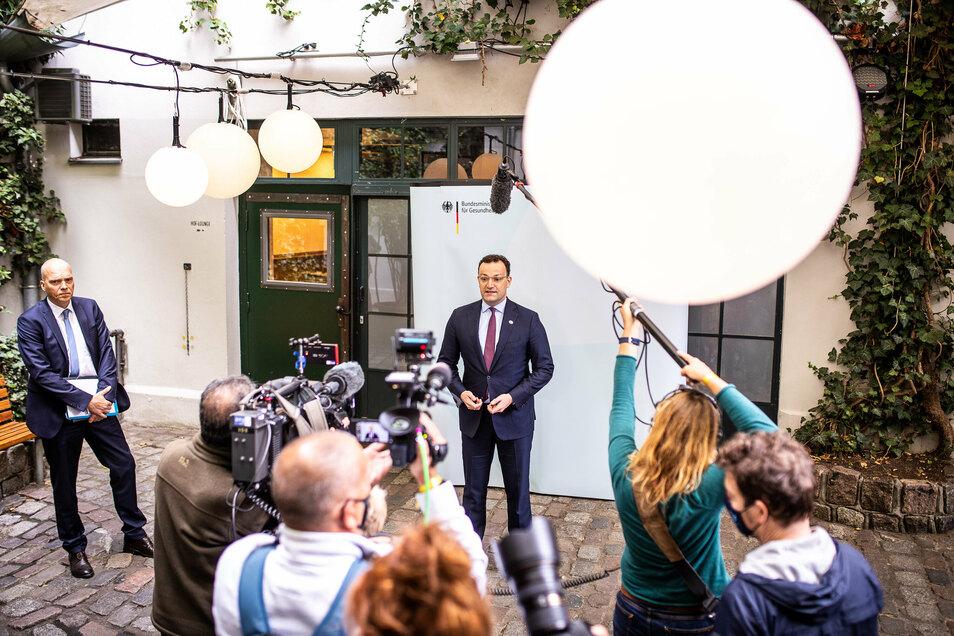 Vierte Gewalt oder Sprachrohr der Politik? Fernsehkameras richten sich auf Gesundheitsminister Spahn.