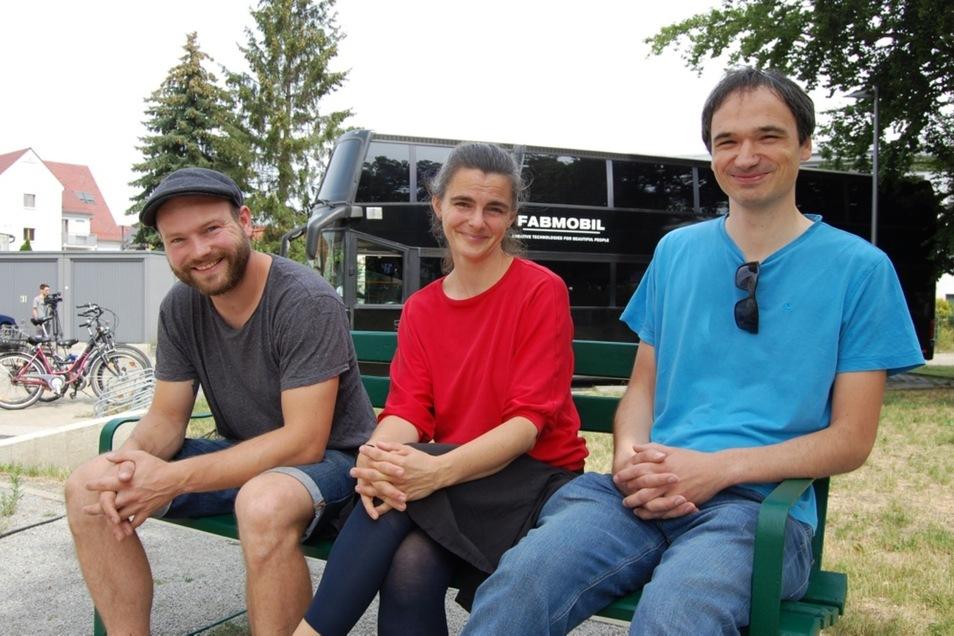 Julius Plüschke und Kristine Weißbarth vom Verein Constitute sowie Entwickler Peter Karich (von links nach rechts) betreuen den Ferienkurs im Fabmobil..