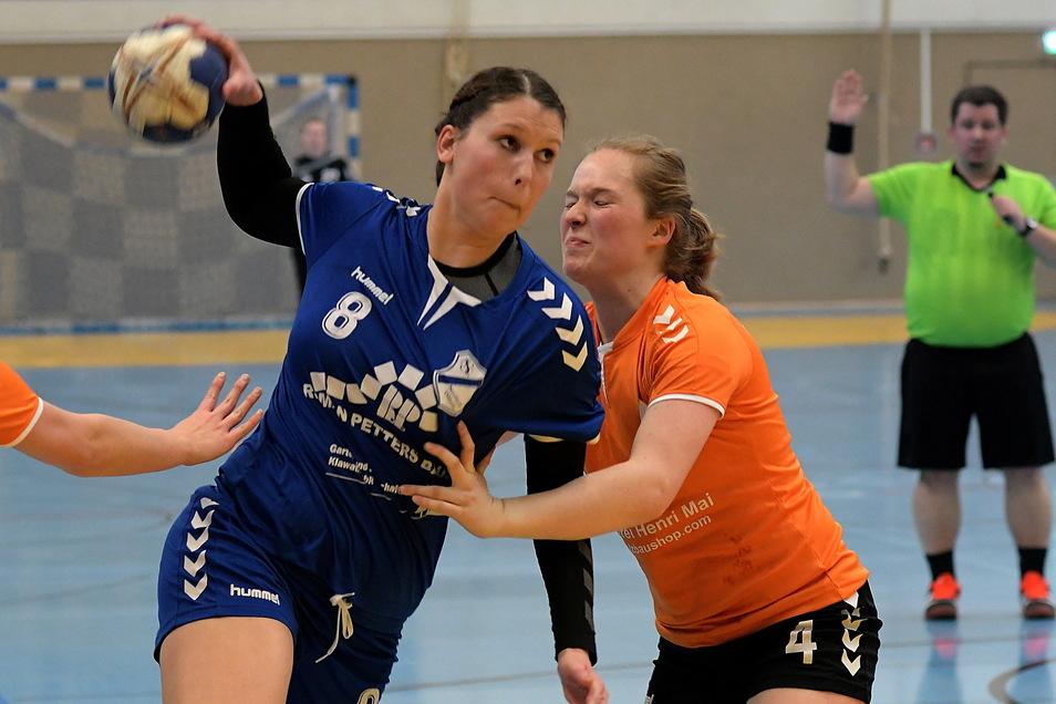 Franziska Tag (am Ball) hat bisher für die HSG Neudorf/Döbeln im Rückraum gespielt. In der am Wochenende beginnenden Saison will sie ihre Qualität als Torhüterin beweisen.