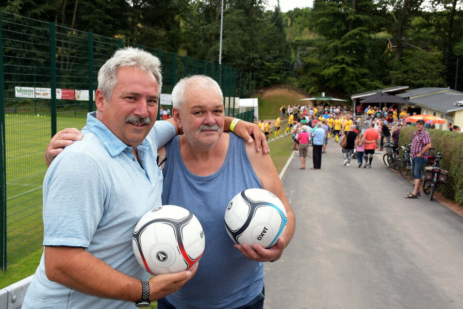 Uwe Stiebinger (links) und Bernd Bretschneider haben in den 1980er-Jahren gemeinsam Fußball gespielt. Deshalb ließen sich beide weder die Einweihung des neuen Sportplatzes Marbach noch das Auflaufen der Bundesliga Auswahl Ost entgehen.