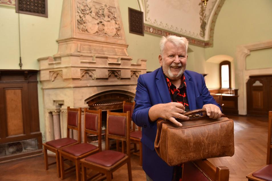 Zurück im Zauberschloss: DDR-Magier Peter Kersten im Rittersaal von Schloss Kuckuckstein.