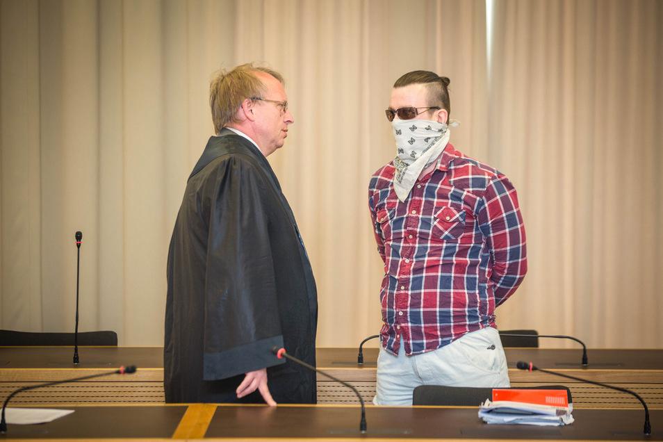 Der Angeklagte Robert B., hier mit seinem Verteidiger Ulf Israel, hatte sich zum Prozessauftakt am Landgericht Dresden ein Halstuch vor das Gesicht gebunden.