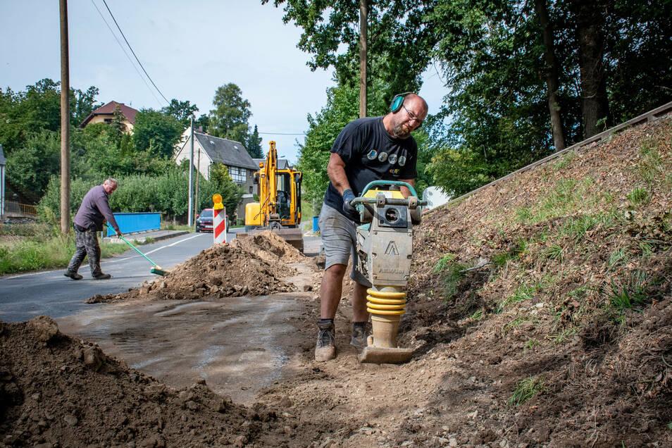 Mitarbeiter der Firma Schneider HTS Geringswalde bauen im Steinaer Unterdorf eine neue Straßenbeleuchtung.