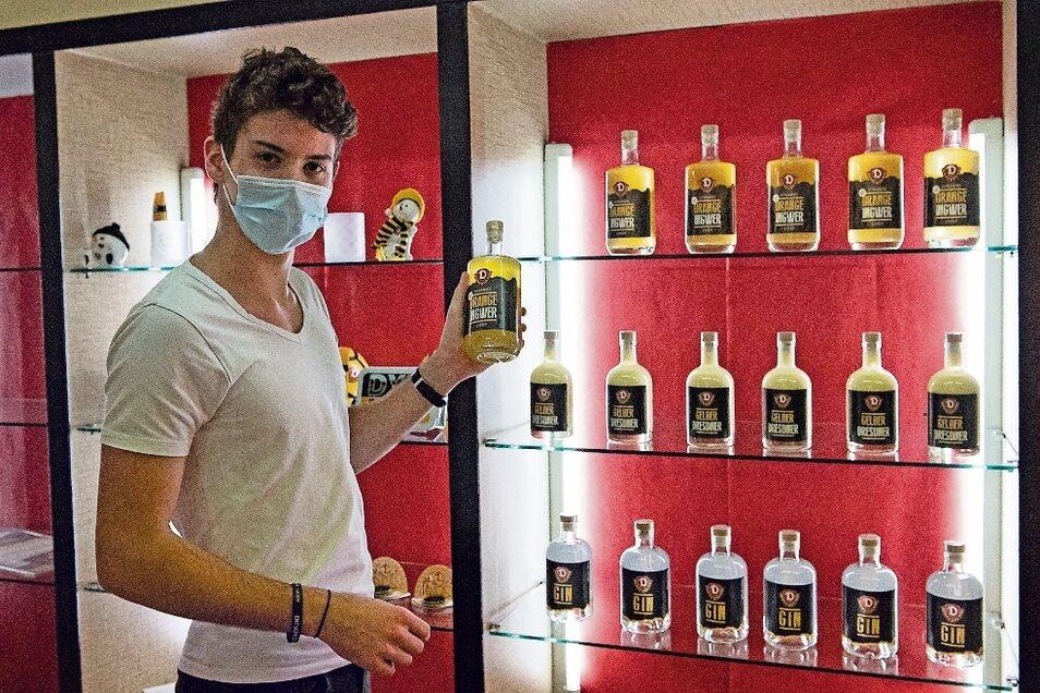 """Adrian Sauer am Stand der Produkte von """"deZschiesche"""": Gin und Eierlikör."""