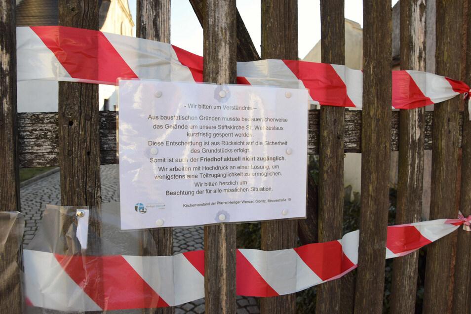 Dieses Schild hat die Kirchgemeinde an der Friedhofsmauer anbringen lassen - vor mehr als einem Jahr.
