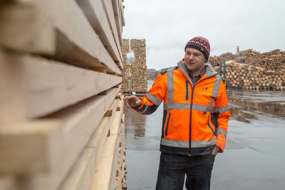 Standortleiter Thomas Kienz ist mit der Firma HS Timber Productions in Kodersdorf derzeit mit der Verarbeitung von Borkenkäferholz ausgelastet.
