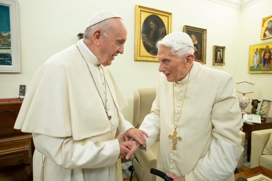 """Der aktuelle Papst Franziskus (l) und sein Vorgänger, der emeritierte Papst Benedikt XVI, unterhalten sich im Kloster """"Mater Ecclesiae"""". Bei Thema Zölibat sind die beiden allerdings gegenteiliger Meinung."""
