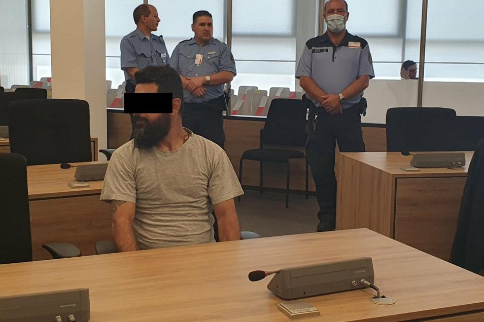 Majed H. steht wegen versuchten Totschlags vor dem Landgericht Dresden. Er soll den Angestellten eines Dönerladens niedergestochen haben. Bislang schweigt der 37-Jährige.