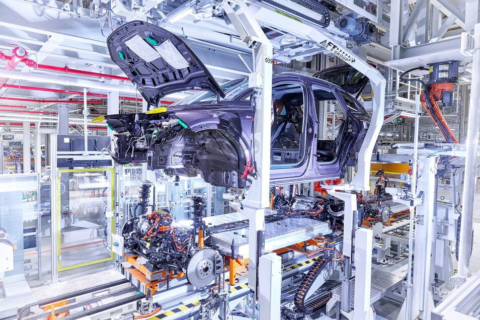 """Die """"Hochzeit"""": Roboterarme setzen die Karosserie auf das modellübergreifende Fahrwerk mit den bis zu elf Batteriezellen."""